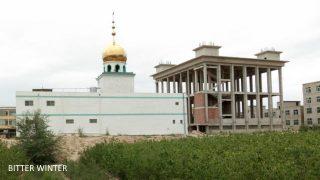 蘭州市新区で建設中だったモスクのドーム型の屋根、星・月のシンボル、母屋の枠組みは完成していた