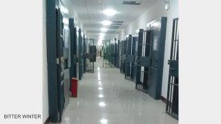 「教育による改心」のための強制収容所の宿舎内風景。すべての部屋に二重の鉄門が備えられるなど、監獄と変わらない。