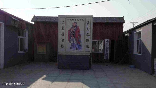仏像が孔子の肖像画に置き換えられる