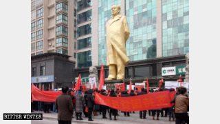 行進する一団が「工人文化苑(労働者文化庭園)」にある大きな毛沢東の銅像の下に集まり、誓いを立てた。