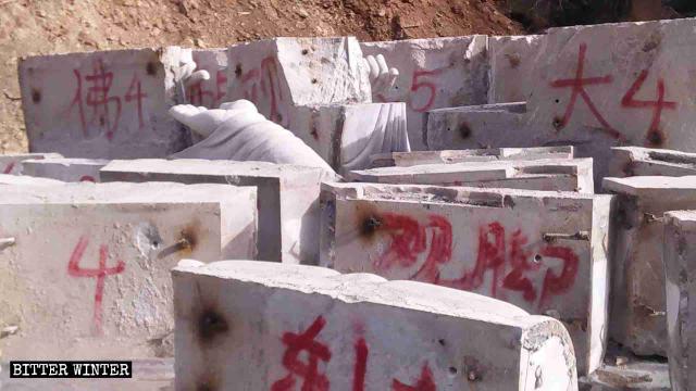 取り壊された千仏洞の仏像の破片