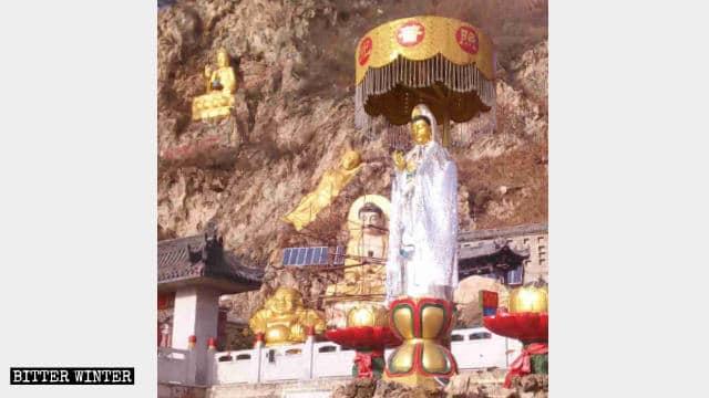 覆いをかけられる以前の千仏洞の屋外の仏像。