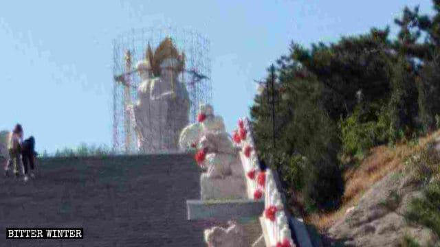 九華山の仏像が覆われている