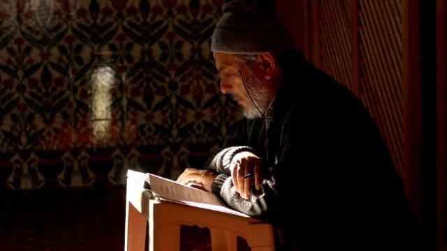 イスラム教のイマームがコーランを読む