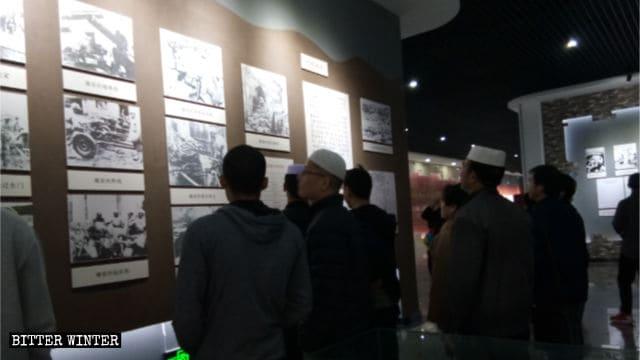 革命の犠牲者を慰霊する展示を訪問した回族のムスリム。
