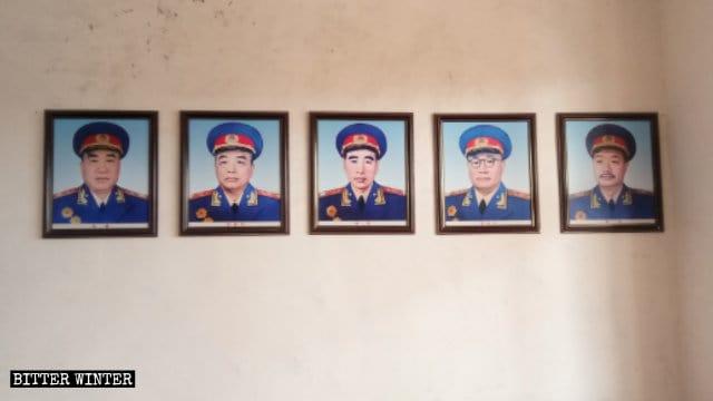 壁の両側に「10人の中国の元帥」の写真が飾られている。