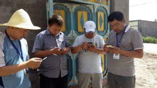 新疆の警察がアプリを使って違法に監視活動を行う