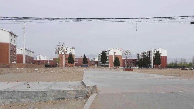 住民提供の写真。三村の北大寺は完全に破壊され、旗竿のセメントの土台だけが残されている。