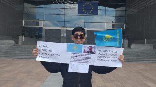 自由と正義を求めて欧州議会前であるカザフ族が単独でデモ