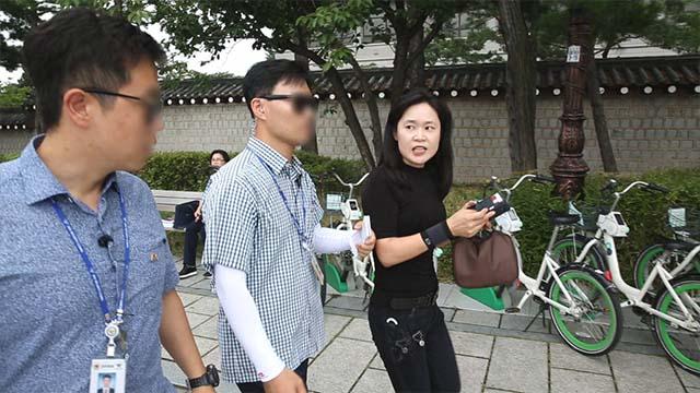 いら立った呉氏は記者会見を行う抗議者に突進しようとして警備員に止められた。