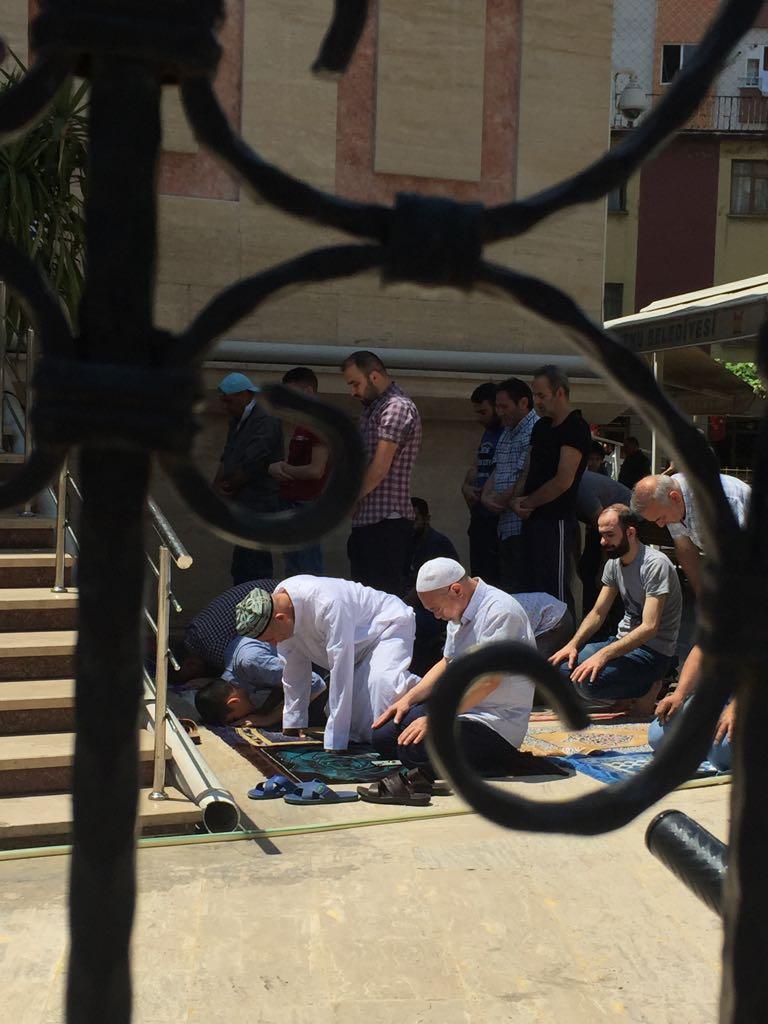 イスタンブール郊外の街、ゼインティンブルヌで金曜礼拝を行うウイグル族の人々。前列左側の男性はウイグル族ならではの刺繍入りのスカルキャップを着用している。この地では自由に祈りを捧げることができるものの、祖国の同胞はモスクに参列することを禁じられ、そして、大勢の人々がそのために勾留されている。