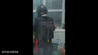 防弾チョッキとヘルメットをつけて仕事をするカフェのウェイトレス。