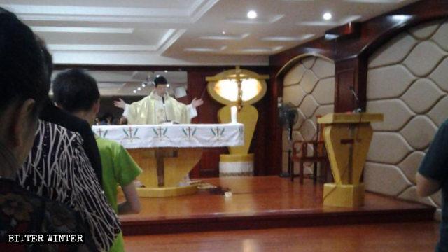 現地の委員会の職員が教会を訪問した際にミサを執り行っていた神父。