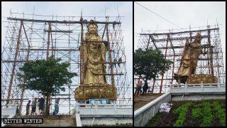 慶国寺の観音菩薩像の周囲に足場を組む作業員たち。像は直後に取り壊された。