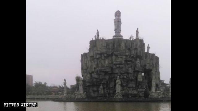 万仏寺の観音島。政府の命令で覆われる以前の様子。