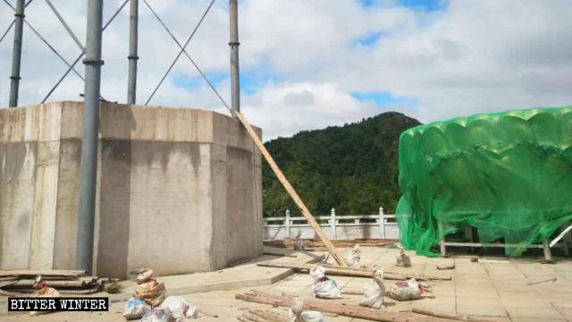 像の蓮形の台座も取り壊された。