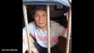 7月、鄂州市の精神病院で拘束される巌春香さん。