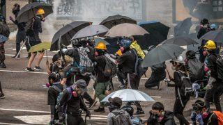 物品輸送を禁じて香港の抗議活動を抑圧