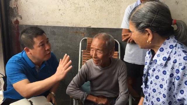 埋葬の問題について村民と交渉をする政府の役人。(WeChatより引用)