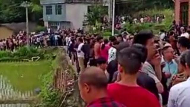 政府が墓を掘り返し、遺体を奪うのを止めるため、村民たちは自発的に抗議行動を組織した。(WeChatより引用)