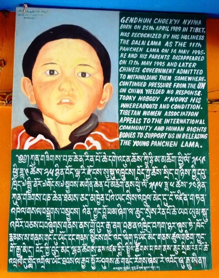 真のパンチェン・ラマの支持を表明するポスター。