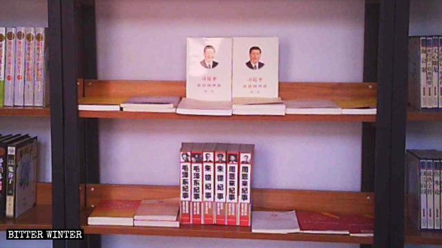 鄭州市にある三自教会の図書室の書棚に並ぶ「紅い」本の数々。