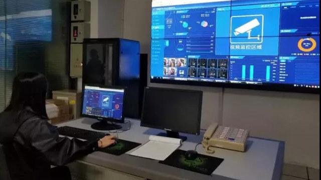 貴州省銅仁市の「スマート住居コミュニティ」にある監視室。60台以上の監視カメラが設置されている。